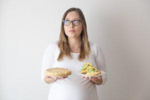 Foto de TatiLuis con una arepa en la mano izquierda y una tortilla de patatas en la mano derecha